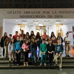 Monseñor José María Yanguas imparte la Confirmación a los de jóvenes de la parroquia de San Esteban