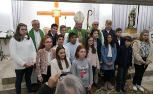 Monseñor José María Yanguas confirma a un grupo de jóvenes en la parroquia de Santa Ana de Cuenca